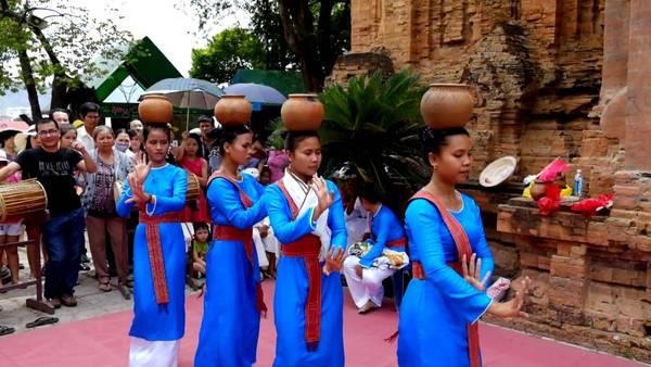 Điệu múa Chăm tại lễ hội Tháp Bà. Ảnh: vietfuntravel