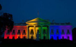 Những địa điểm nổi tiếng ở Mỹ phát sáng sắc cầu vồng