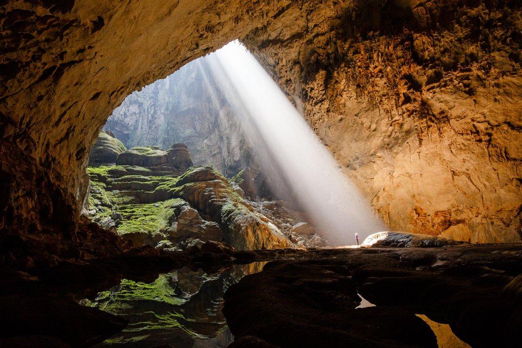 Tia nắng chiếu xuyên qua lòng hang. Ảnh: Ryan Deboodt