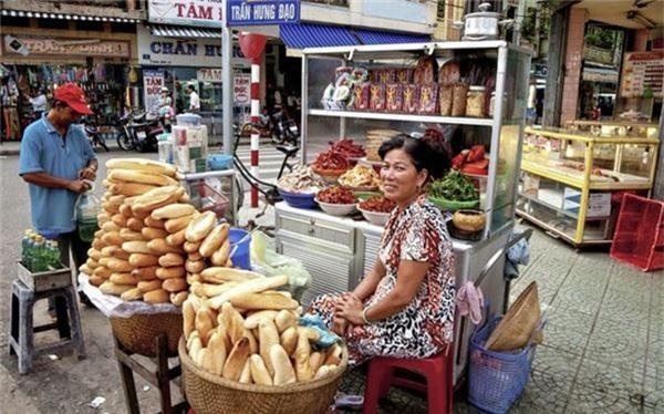 <strong>Bánh mì (Việt Nam): </strong> Không danh sách món ăn vỉa hè tuyệt vời nào có thể hoàn thiện nếu thiếu bánh mì, món ăn phổ biến của Việt Nam chịu ảnh hưởng từ ẩm thực Pháp. Nguyên liệu chính gồm vỏ bánh mì mỏng và giòn, nhân thịt, patê, dưa góp, rau mùi...