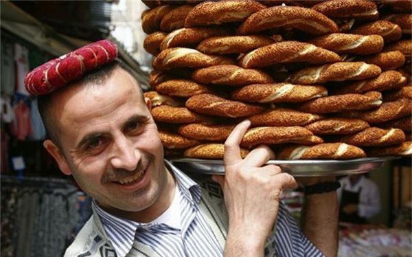 <strong>Bánh mì Simit (Thổ Nhĩ Kỳ): </strong> Thổ Nhĩ Kỳ không chỉ có bánh mì Kebab. Những chiếc simit ngon tuyệt được bán ở các xe đồ ăn khắp đất nước là một món ăn sáng phổ biến. Được làm dạng vòng và rắc nhiều vừng, bánh simit nhạt hơn bánh sừng bò, lý tưởng nhất là ăn cùng một tách trà Thổ Nhĩ Kỳ.