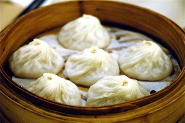 <strong>Tiểu long bao (Trung Quốc): </strong> Những chiếc giỏ tre đựng món bánh bao truyền thống của miền Bắc Trung Quốc xuất hiện khắp các con phố và nhà hàng của Thượng Hải. Tuy nhiên, du khách cần cẩn thận khi ăn món này vì nước dùng trong nhân bánh khá nóng.