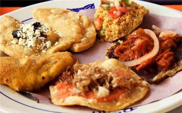 <strong>Bánh Tostadas (Mexico): </strong> Bánh gồm phần vỏ được nặn thành hình tròn dẹt và rán giòn. Phần nhân phía trên rất phong phú, có thể theo kiểu truyền thống gồm đậu, salad bơ, sốt salsa và phô mai, hoặc nhân tôm nhẹ nhàng.