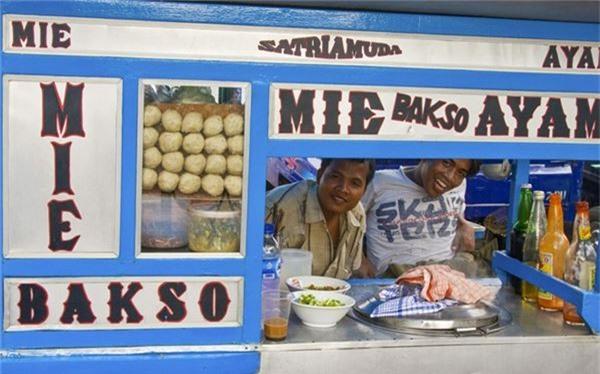 <strong>Basko (Indonesia): </strong> Ông Obama đã rất thích món súp thịt viên này khi tới Indonesia, điều đó cũng không có gì khó hiểu. Các xe đồ ăn trên phố là nơi lý tưởng nhất để thử những viên thịt bò với nước dùng đậm đà, mì, trứng và hẹ tây.