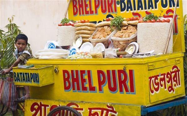 <strong>Bhel puri (Ấn Độ): </strong> Ấn Độ có rất nhiều món ăn vặt vỉa hè trên khắp đất nước. Đến Mumbai, bạn không thể bỏ qua món bhel puri, gồm cơm, miến xào và rau, rưới nước sốt me. Bạn có thể thử phiên bản cho thêm lạc và hạt lựu.
