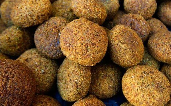 <strong>Ta'amiya (Ai Cập): </strong> Được làm từ đậu tằm có vị đậm hơn đậu hồi, món ta'amiya thường ăn kèm bánh mì pita, dưa góp, salad và sốt tahini.