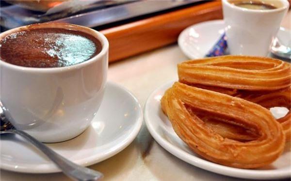<strong>Bánh Churros (Tây Ban Nha): </strong> Churros là món bánh ngọt và giòn nổi tiếng của Tây Ban Nha, được tẩm đường hoặc nhúng chocolate nóng. Đây là món ăn khuya phổ biến ở Madrid, với nhiều cửa hàng phục vụ 24/7.