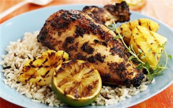 <strong>Gà nướng (Jamaica): </strong> Công thức của mỗi hàng gà nướng đều được giữ bí mật, nhưng thường gồm thịt gà nguyên xương tẩm một hỗn hợp gia vị trộn từ hạt tiêu Jamaica, ớt, gừng và hành tươi. Thịt được để qua đêm cho ngấm đều, trước khi nướng chín trên than hoa.