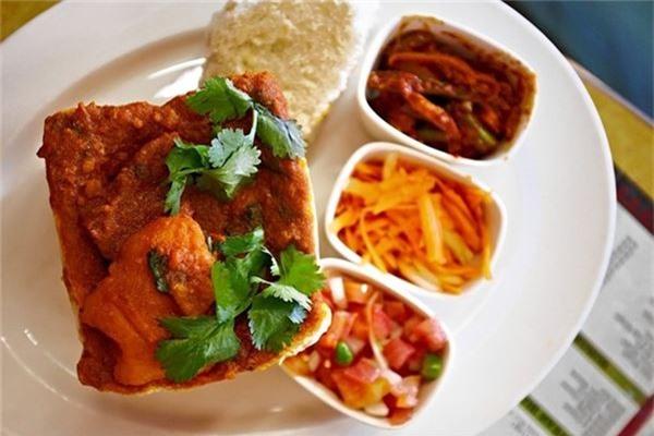 <strong>Cà ri Bunny chow (Nam Phi): </strong> Món ăn này gồm nửa ổ bánh mì bỏ ruột, cho thêm cà ri gà hoặc cừu, và nhiều nguyên liệu khác. Bunny chow có xuất xứ từ Ấn Độ, nhưng đã trở thành món ăn đường phố nổi tiếng của Durban.