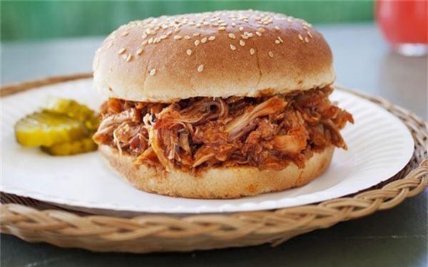 <strong>Thịt lợn xé phay (Mỹ): </strong> Những miếng thịt lợn quay được xé nhỏ, rưới một loại sốt nướng đậm đà và kẹp trong bánh mì. Du khách nên thưởng thức món này ở Bắc Carolina.