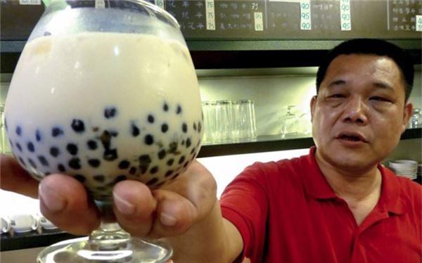 <strong>Trà sữa trân châu (Đài Loan): </strong> Với đủ mùi vị, từ vị trà sữa truyền thống tới các vị hoa quả như xoài hay chanh dây, món đồ uống vỉa hè này của Đài Loan sẽ giúp du khách xua tan cơn khát sau một ngày tham quan. Các viên trân châu có vị dai dai thú vị, lần đầu có thể sẽ khiến bạn hơi lạ nhưng rất dễ gây nghiện.