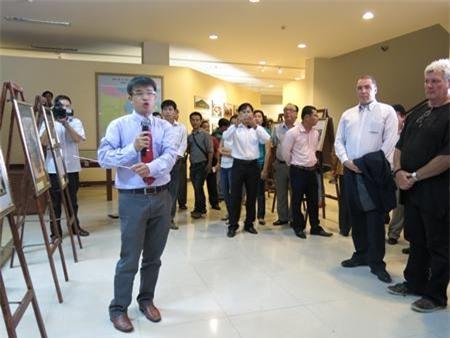 Khách tham quan, nghe thuyết minh tại bảo tàng Đà Nẵng