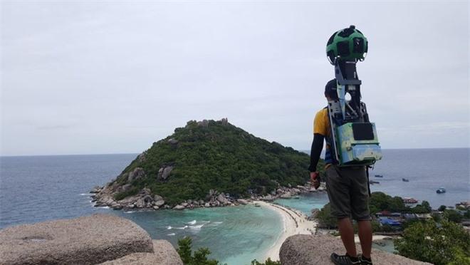 Chàng trai vác 18 kg thiết bị chụp ảnh cho Google
