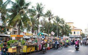 Chợ đồ ăn náo nhiệt bên bến Ninh Kiều