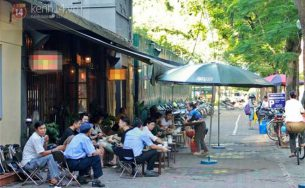Chùm ảnh: Mùa hè Hà Nội, là nói cười bên cốc cafe đá ở góc phố quen…