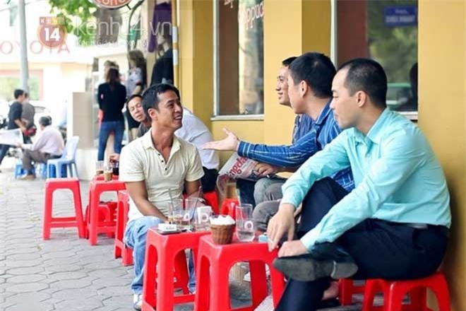 kham-pha-suc-quyen-ru-cua-cafe-via-he-tren-pho-ha-noi1-11