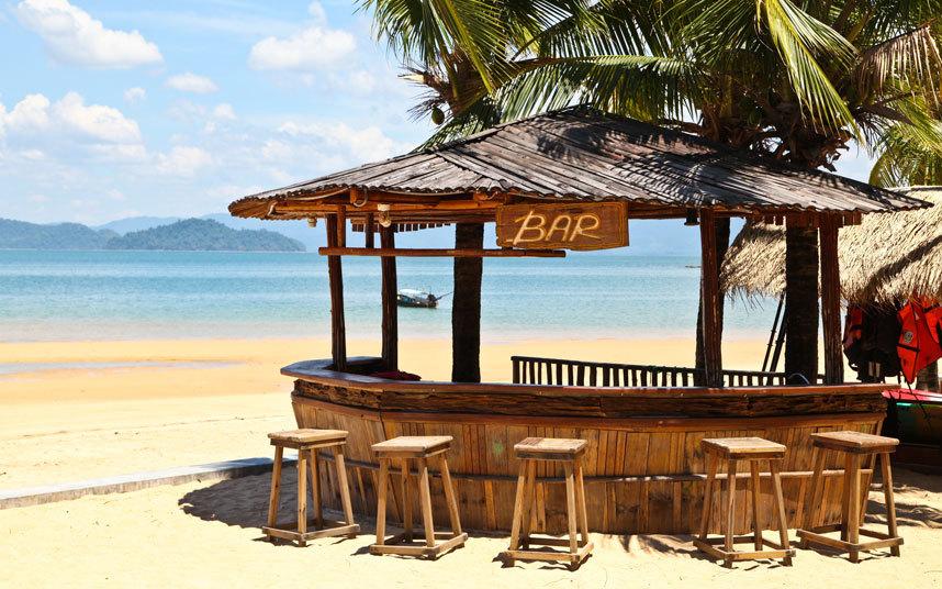 Hòn đảo này được người dân địa phương coi là một trong những hòn đảo hoang sơ nhất bởi hệ thống cơ sở hạ tầng đến đây chưa được đầu tư. Ở Koh Phayam khách du lịch có thể tham gia yoga, chơi lướt ván diều hay lặn. Một lưu ý là đừng quên mang tiền mặt vì ở đây không hề có cây ATM đâu.