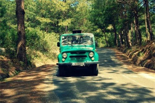 Thỉnh thoảng, xe jeep chạy như làm xiếc.