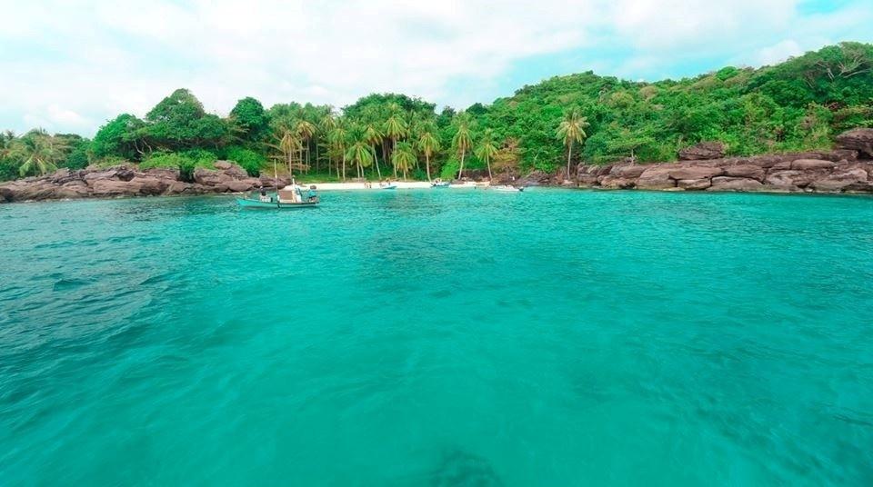 Nước biển xanh màu ngọc bích