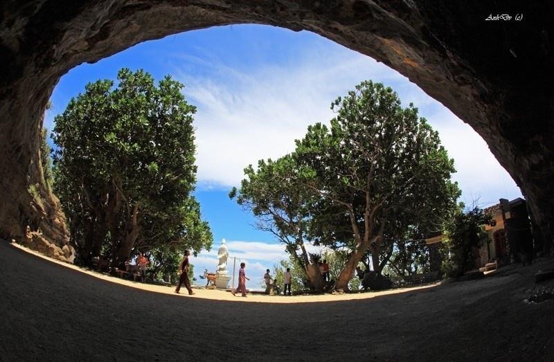 Từ trong chùa Hang nhìn ra đảo Lý Sơn - Viet Anh HP
