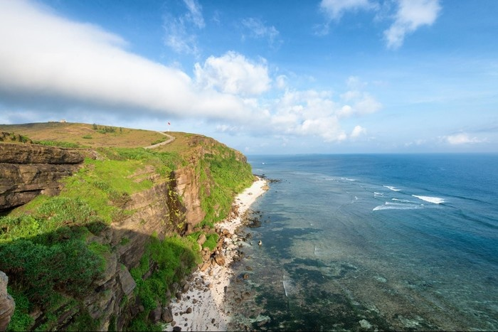 Từ trên cao có thể thấy được đáy biển và tận hưởng làn gió mát trong lành của khơi xa - Ảnh: Dong Bui