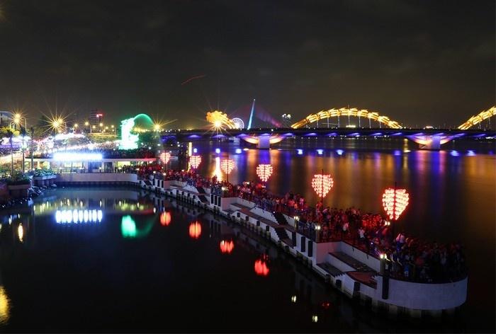 Ở trung tâm thành phố Đà Nẵng, cách phố cổ không xa là màu sắc rực rỡ của công trình đô thị với cây cầu tình yêu lãng mạn