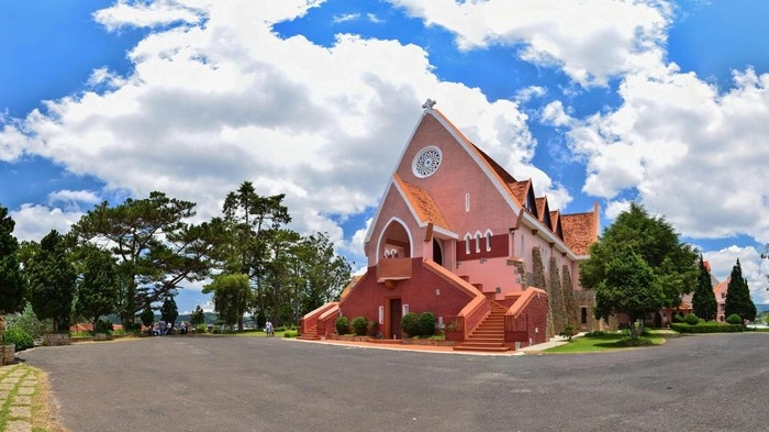 Nhà thờ Domaine de Maria nổi tiếng trên triền đồi Mai Anh