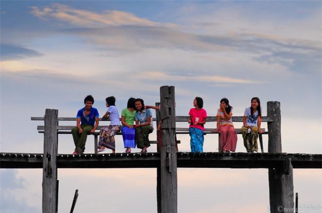 Hoàng hôn trên cây cầu gỗ dài nhất thế giới