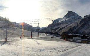 Khách du lịch mòn mỏi chờ tuyết phủ trên dãy Alps