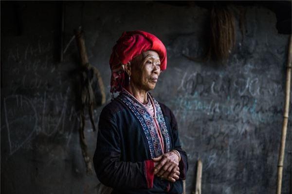 Bắt nguồn từ cảm hứng đó, nhiếp ảnh gia Pháp tiếp tục thực hiện hành trình 12 ngày khám phá miền núi phía bắc Việt Nam như Sa Pa (Lào Cai), Đồng Văn (Hà Giang), Cao Bằng... Trên hình là một phụ nữ Dao Đỏ.