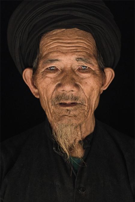 Cụ ông Lùng Leo Phố, 78 tuổi, dân tộc La Chí. Trò chuyện với Rehahn, ông cho biết mình phải dành nhiều ngày để dẫn nước về nhà bằng những đường ống làm bằng tre.