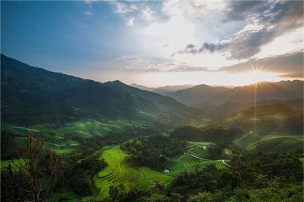 Từ ngọn núi cao lớn đến ruộng lúa xanh rì hay ánh nhìn thơ ngây của trẻ em dân tộc, Rehahn đã mang đến cho người xem vẻ đẹp ẩn giấu của đất nước Đông Nam Á này. Đây ảnh là hoàng hôn trên ruộng bậc thang ở Hoàng Su Phì, Hà Giang.
