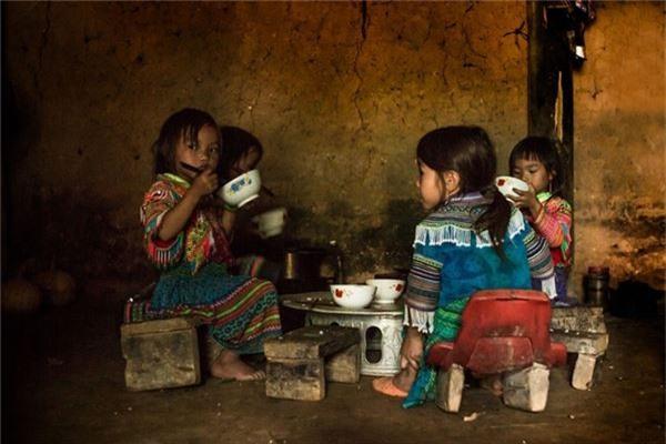 4 chị em dân tộc Mông đang ăn cơm trưa.