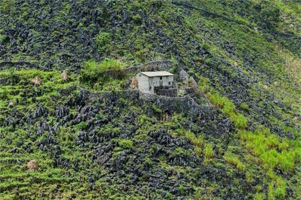 Ngôi nhà chênh vênh trên cao nguyên đá.