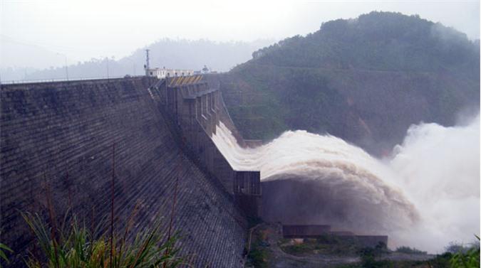 Thủy điện Hòa Bình mùa xả lũ