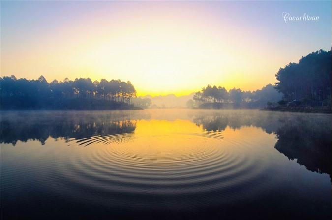 Sáng sớm trên hồ nước bản Áng