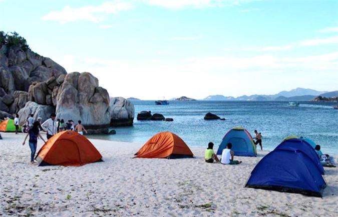 Cắm lều tại bờ biển Ninh Chữ