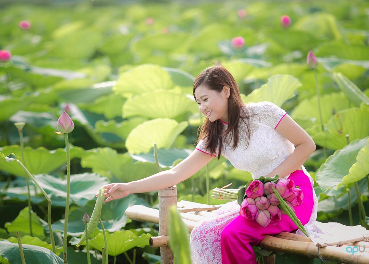 Chụp ảnh sen với áo dài trắng - quần hồng