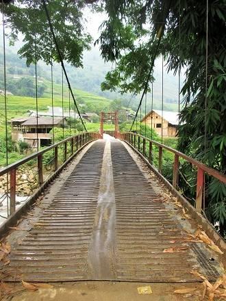 Cầu Lao Chải bắt ngang con suối nối liền hai đầu bản.