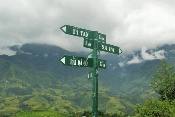 Trên đường qua thung lũng Mường Hoa, du khách có thể ghé lại thăm Bãi đá Cổ, trung tâm bản Tả Van, các điểm trường dân tộc và có thể qua đêm để sử dụng dịch vụ homestay của dân tộc Giáy.