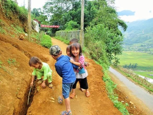 Những em bé H'Mông với nụ cười hồn nhiên.