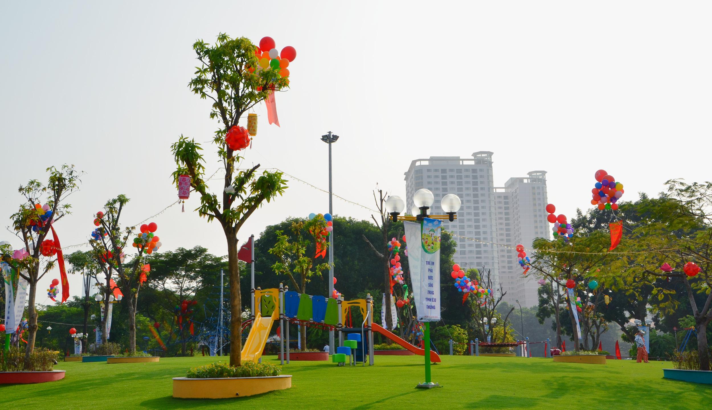 Khu vui chơi trên thảm cỏ xanh trong công viên Nghĩa Đô