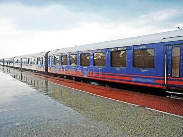 """Tàu Hoàng gia Rajasthan (Royal Rajasthan on Wheels) - Ấn Độ: Hành trình 7 ngày trên chuyến tàu Hoàng gia Rajasthan sẽ giúp hành khách có được cảm giác sang trọng khi đi qua những địa điểm thi vị nhất tại bang Rajasthan. Rajasthan được mệnh danh là """"Vùng đất của các vị vua"""", có nhiều địa danh nổi tiếng như đền Khajuraho, thánh địa Varanasi hay đền Taj Mahal."""