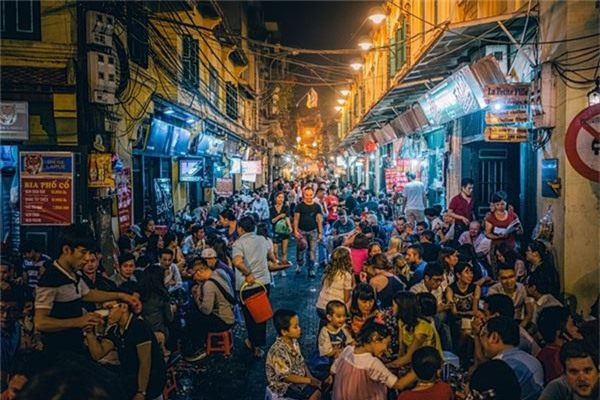 <strong>Phố Tây ở Hà Nội: </strong> Nhắc đến con phố này tại Hà Nội, người ta nhớ ngay Tạ Hiện, một trong những con phố nổi tiếng của phố cổ. Khách đến Tạ Hiện đa phần là dân du lịch bụi đến từ nhiều nơi trên thế giới. Thú vui của các du khách tại đây là sau khi đi bộ khám phá phố cổ, tạt vào một quán bia ven đường, vừa uống bia, vừa ngắm người qua lại. Ảnh: Trover.