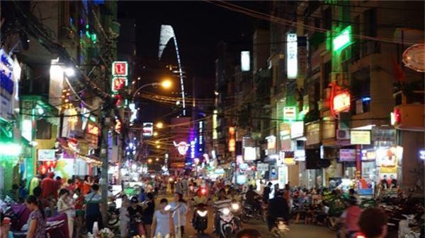 <strong>Phố Tây ở Sài Gòn: </strong>Nằm ở trung tâm quận 1, ba con phố Bùi Viện, Phạm Ngũ Lão và Đề Thám được xem là phố Tây. Đến đây bạn sẽ được cảm nhận không khí ồn ào náo nhiệt của khu phố du lịch đông đúc bậc nhất Việt Nam. Ảnh: Justgola.