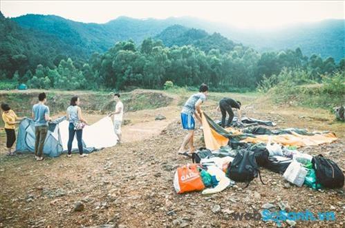 Bạn chỉ cẩn chọn một khoảng đất trống tương đối bằng phẳng là có thể  cùng bạn bè dựng lều trại