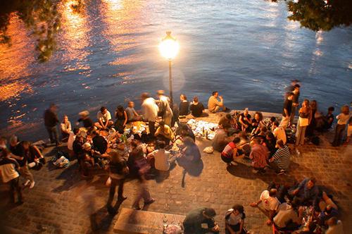 Paris là nơi bạn dành một buổi tối thân mật cùng bạn bè và gia đình.