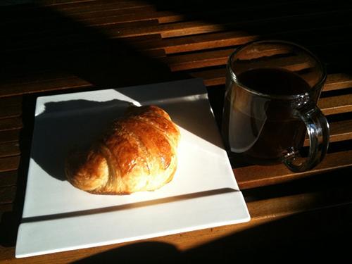 Không gì có thể giống việc thưởng thức chiếc bánh sừng bò trong một quán cà phê Paris.