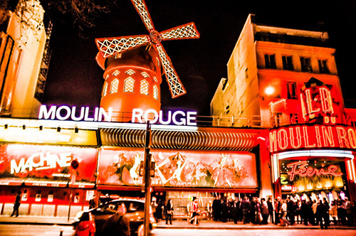 Đây là thành phố sẽ đưa bạn quay trở về với bộ phim Moulin Rouge từng nhận được 8 giải Oscar.