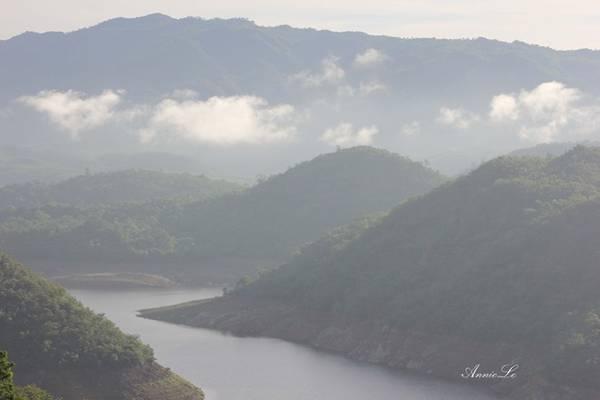 Sương mờ phủ kín cảnh sắc hoang sơ của núi rừng sông suối.
